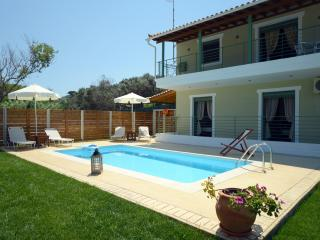 Beachfront Maisonette with Private Pool, Skiathos-Stadt
