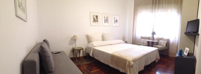 Camera da letto matrimoniale con divano letto e bagno