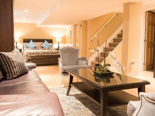 New! , modern decor 3 bedroom, 2 bath-private yard, Niagara-on-the-Lake