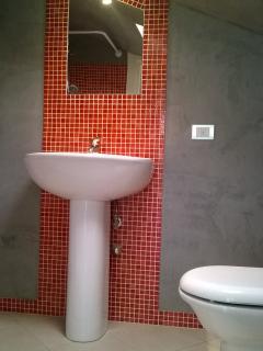 Bagno mansarda con mosaico bisazza