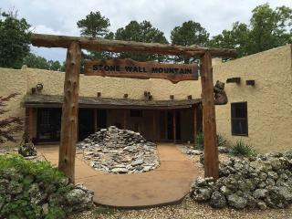 Stone Wall Mountain Lodge - Incredible Views, Fire Pit, Hot Tub, Fire Pit, Game Room, Huge Acreage,, Eureka Springs