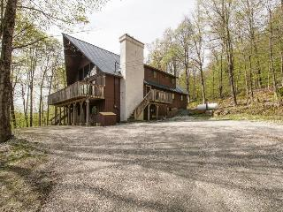 Gorgeous mountain lodge close to the slopes w/ views & deck!