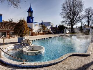 casa rural con piscina de agua termal