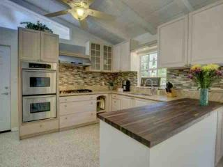 Dog-Friendly Siesta Key Bungalow, Wifi, Adorable Cottage Close to Siesta Key
