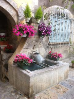 Une des fontaines du village, située tout près de notre maison.