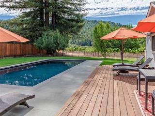 VINEYARD VIEW: Woodstove | Lawn | Seasonal Pool