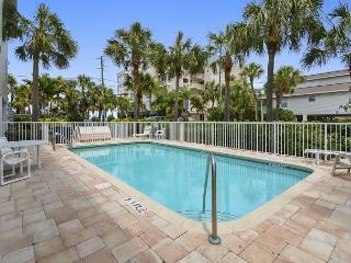 Designer 2BR Ocean View Condo at Indian Rocks Beach w/ Pool & Beach Gear