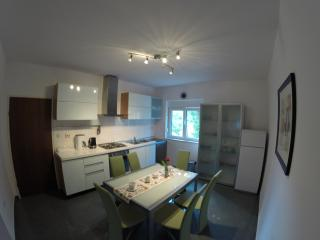 Nice and cosy apartment only 400m from the sea!, Kastel Stafilic