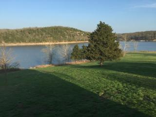 Beautiful lake front home on Table Rock lake, Golden