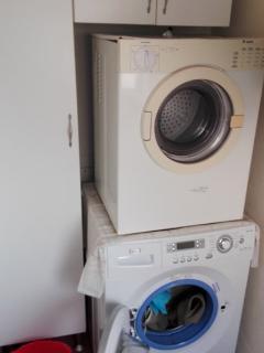 Lavadero con lavadora, secadora y calentador de agua de gas butano