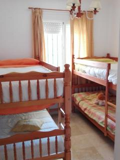 Dormitorio 2, con dos literas y armario empotrado (ideal niños)