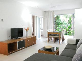 Luxury Apartment - Palm Cove On The Beach - Pool Access and Tropical Garden !