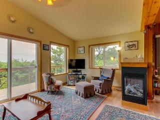 Oceanfront, dog-friendly house w/ ocean views & private trail to the beach!, Rockaway Beach