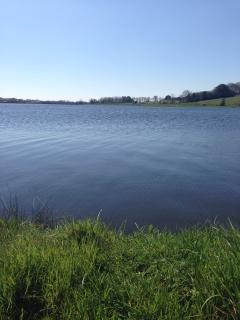 Les eaux calmes du Lac Finfarine et Sorin accessibles à pied au départ du Gîte du Vieux Château