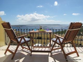 Apartment with stunning ocean views + Pool, Ghajnsielem