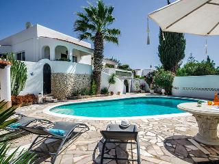 Casa Roseanne, sleeps 8, gated pool, seaviews, 300m from Praia de Centianes