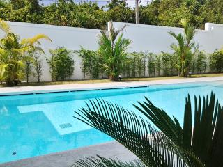Modern villa with WiFi & private pool, Rawai