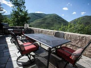 Single Family Home, Private Hot Tub, Great for Large Groups, Family Friendly, Easy Access to Vail!