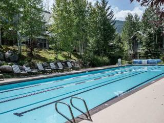 True Ski In/Ski Out, Year Round Pool & Hot Tubs, No Car Needed, Highlands Lodge