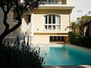 Sea View Villa Kastella, Close to Sea and Athens!