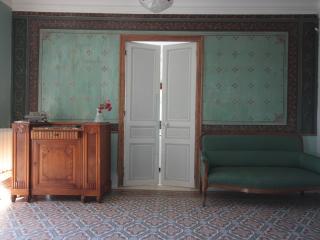 entrance of the Villa: original paintings et coloured tiles on floo,