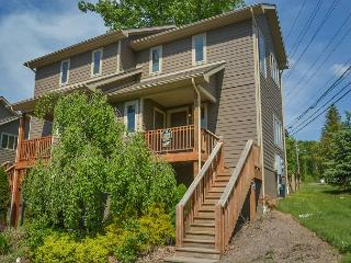Gorgeous 4 Bedroom Townhome with hot tub just minutes from Wisp & attractions
