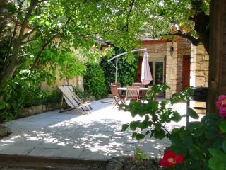 Votre terrasse privative. Celle-ci est ombragée pour mieux vous protéger des fortes chaleurs