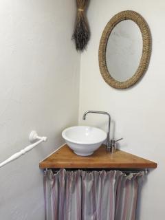 Un petit lavabo dans la troisième chambre