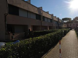 appartamento con piscina, giardino e posto auto