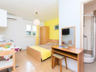 yellow studio apartment in Cavtat