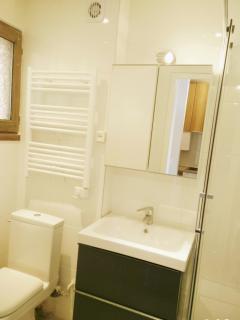 Salle de bain avec sèche serviettes, rangements ...