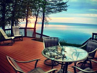 Peaceful Sunset Cottage on Lakefront