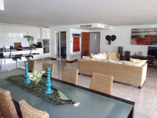4 bedroom apartment in Surin Sabai 1 near beach