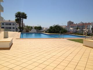 HOLIDAY APARTMENT NEAR THE PUBS & THE BEACH, Albufeira