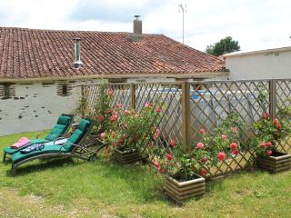 Amicoto, Traditional French Farmhouse with Pool, Mouilleron St Germain, Vendee., Mouilleron-en-Pareds