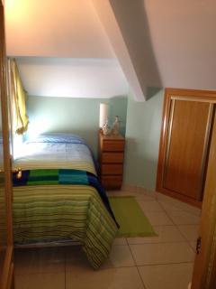 habitación con armarios empotrados y dos camas de 90