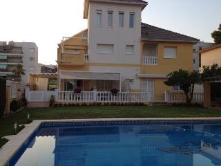 Apartamento con piscina y jardín