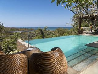Casa Alegria- 5 bedroom Tropical home w/ ocean views and walk to beach