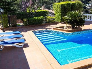 Beautiful mountain villa in Torrelles with a large private pool, 15km from Barcelona!, Torrelles de Llobregat