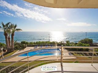 Luxury 5-bedroom beachside villa in Tarragona, just a few steps from the beach!, Costa Dorada