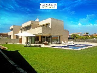 Modern 4-bedroom villa in Riudellots, just 10km from Girona Airport, Riudellots de la Selva
