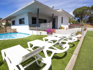 Lovely villa in the resort of Les Comes, Sils, only 15 min from Costa Brava beaches!, Sant Daniel