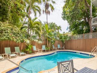 Curry House B&B Room 1. Historic Hideaway w/ Breakfast, Heated Pool & Balcony, Key West