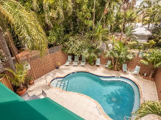 Curry House B&B Room 7. Historic Hideaway w/ Breakfast, Heated Pool & Balcony, Key West