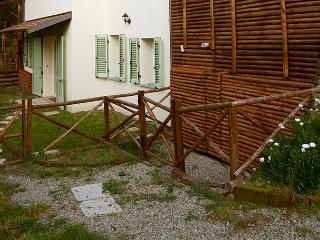 CASA DI CINTI: Monolocale con giardino, Loiano