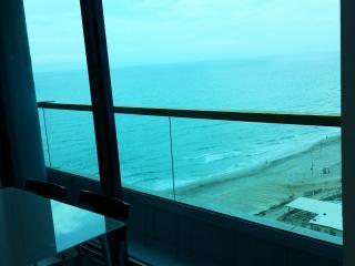Beautiful beachfront apartment with pool, Herzlia