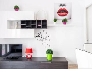 Trendy + Colourful 3BR/1.5BA home for 5 in El Clot, Barcelona