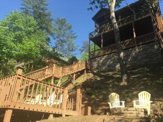 LIGHT`S RIVERSIDE RETREAT: 3BR/3BA LUXURY CABIN ON THE CARTECAY RIVER, SLEEPS 6, WIFI, GAS LOG FIREPLACE, GAS GRILL, FIRE PIT, POOL TABLE, SCREENED IN PORCH, JETTED TUB, FISHING, TUBING, KAYAKING, TV`S IN EVERY BEDROOM, STARTING AT $189/NIGHT!, Blue Ridge