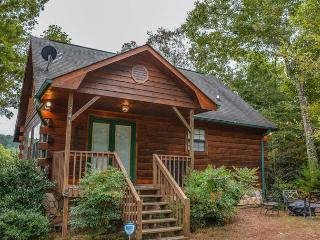 BUCKY`S MOUNTAIN VISTA- 2 BEDROOM 2 BATH CABIN WITH BEAUTIFUL MOUNTAIN VIEW, HOT TUB, PET FRIENDLY, WIFI, FIRE PIT, GAS LOG FIREPLACE, SLEEPS 6, STARTING AT $125 A NIGHT!, Blue Ridge