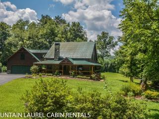 SUGAR CREEK--LUXURY 3 BEDROOM LOG CABIN WITH CREEK FRONTAGE, GAME ROOM, Wi-Fi, MASTER SUITE WITH CALIFORNIA KING BED AND JETTED TUB, SLEEPS 6, STARTING AT $225.00/NIGHT!, Blue Ridge